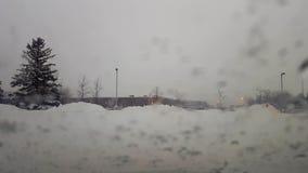 Neige tombant sur le pare-brise pendant la tempête d'hiver Chute de neige du point de vue POV de conducteur banque de vidéos