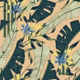 Neigen des hellen nahtlosen Musters mit bunten tropischen Blättern und Anlagen auf beige Hintergrund ENV 10 Dschungeldruck floral lizenzfreie abbildung