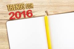 Neigen Sie für 2016-jähriges mit offenem Notizbuch auf Holztisch, Spott oben Lizenzfreie Stockfotografie