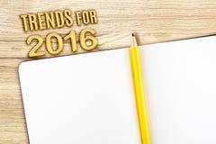 Neigen Sie für 2016-jähriges mit offenem Notizbuch auf Holztisch, Spott oben Stockbild