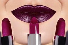 Neigen Sie Lippenmake-up mit hellem dunkle Farblippenstift Frau, die Modelippenmake-up anwendet Auserlesener Lippenstift stockbild