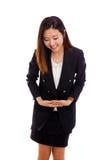 Neigende Aziatische bedrijfsvrouw royalty-vrije stock foto's
