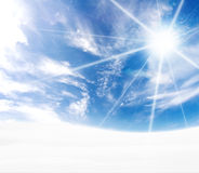 neigeux idyllique incurvé bleu d'horizon de côtes Image libre de droits