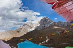Neigez sur la crête de montagne avec prient des drapeaux dans Sichuan, Chine images libres de droits