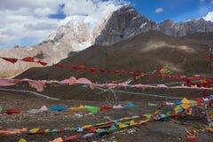 Neigez sur la crête de montagne avec prient des drapeaux dans Sichuan, Chine photos libres de droits