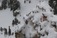 Neigez sur la formation de roche en parc national de yellowstone Image libre de droits