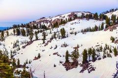 Neigez sur le bâti Lassen en parc national photographie stock libre de droits