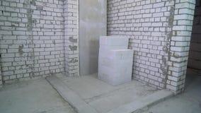 Neigung hinunter Ansicht des vorbereiteten Bereichs für die Einstellung einer neuen Backsteinmauer stock video footage