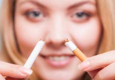 Neigung Mädchen, das Zigarette bricht Beenden Sie Smoking lizenzfreie stockfotografie