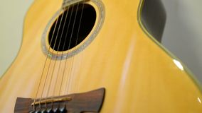 Neigung oben der Akustikgitarre stock video