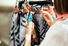 Neigung-Schiebedefocused Linse auf einem Fraueneinkaufen Stockfotografie