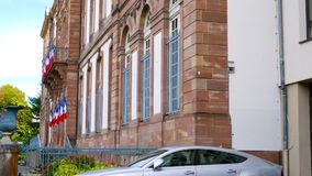Neigung-unten zur Seitenansicht silbernen Luxus-Audi-Fahrzeugs stock footage