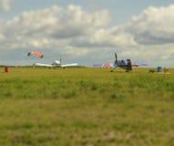 Neigungsschiebeeffekt Flächen und Fallschirmspringer auf Flugplatz Stockbild
