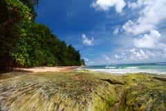 Neil Island-strand en blauwe hemel met witte wolken, Andaman-eilanden - India Stock Afbeeldingen