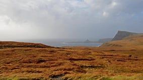 Neist点异常的看法与灯塔的在斯凯小岛在风暴卡勒姆期间的在秋天 影视素材
