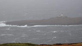 Neist点异常的看法与灯塔的在斯凯小岛在风暴卡勒姆期间的在秋天 股票视频