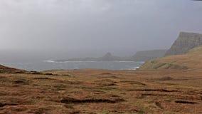 Neist点异常的看法与灯塔的在斯凯小岛在风暴卡勒姆期间的在秋天 股票录像