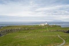 Neist pekar fyren i Isle av Skye, Skottland Arkivbild