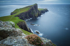 Neist punktu latarnia morska na chmurnym dniu, wyspa Skye, Szkocja, UK Obraz Royalty Free
