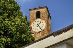 Neive, Itália, a torre de pulso de disparo imagem de stock