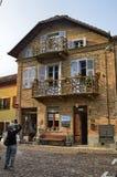 Neive, Piedmont, Itália Em outubro de 2018 Uma casa no centro histórico com balcões particulares foto de stock royalty free