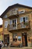 Neive, Piedmont, Itália Em outubro de 2018 Uma casa no centro histórico com balcões particulares imagens de stock