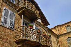 Neive, Piedmont, Itália Em outubro de 2018 Uma casa no centro histórico com balcões particulares imagens de stock royalty free