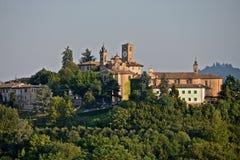 Neive uma vila medieval em um monte cercado por árvores Fotos de Stock