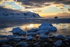 Neko港口日落,南极洲 库存图片