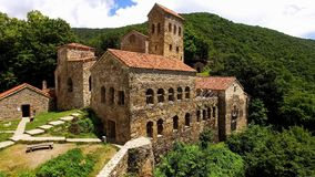 Nekresi-Klostergebäude in Georgia, Alazani-Tal mit grünen Bäumen, Tourismus lizenzfreie stockfotografie