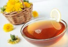 Nektar von den Blumen des Löwenzahns mit Zitrone Lizenzfreie Stockfotos