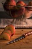 Nektarin som skivas på skärbräda Fotografering för Bildbyråer