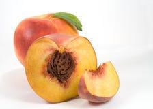 Nektarine, Hälfte des Pfirsiches und Scheibe Stockfotos