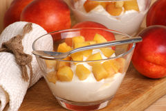 Nektarine und Joghurt in einem Glas lizenzfreies stockbild