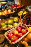 Nektarinen auf Markt-Frucht-Stand eines Landwirts Lizenzfreies Stockbild