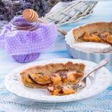 Nektarintarte med lavendel och honung Arkivbilder