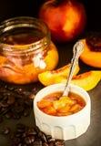 Nektaryny brzoskwinia, Morelowy kawowy dżemu confiture w ramekin i j, zdjęcia royalty free
