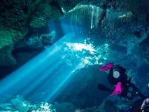 Nel cenote Chac Mool gli operatori subacquei si avvicinano all'uscita fotografie stock