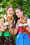 Nel giardino della birra - amici che bevono birra in Baviera Immagini Stock