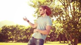 Nel giovane di formato di alta qualità 4k che gioca Air guitar nel parco video d archivio