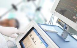 Nel ICU. Il medico cambia i parametri Fotografie Stock Libere da Diritti