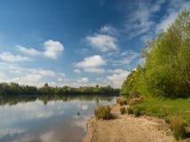 Nel lago un bello e giorno soleggiato Immagini Stock