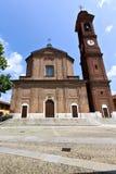 Nel marciapiede chiuso della torre del mattone della vecchia chiesa del samarate ital Immagini Stock