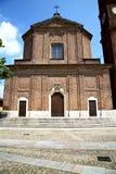 nel marciapiede chiuso Italia della torre del mattone della chiesa del samarate fotografia stock