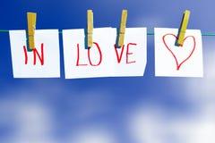 Nel messaggio di amore - alla riga di vestiti fotografia stock