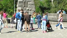 Nel parco weekend Passeggiata della gente video d archivio