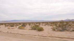 Nel punto di vista del movimento dalla finestra di automobile alla valle abbandonata senza vita, movimento lento 4K archivi video