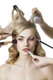 Nel salone di bellezza, la ragazza esamina la destra Fotografie Stock