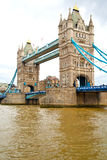 nel vecchio ponte dell'Inghilterra e nel cielo nuvoloso Immagini Stock