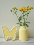 Nelks pequenos em um vaso, ainda-vida Fotos de Stock Royalty Free